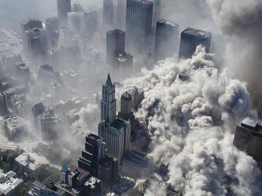 纽约世贸大厦双子塔在9.11恐怖袭击后轰然倒塌