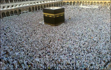 他们聚集在大清真寺祈祷,摄影师从旁边的麦加皇家酒店钟楼的高层,拍下