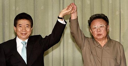 朝鲜最高领导人金正日在一次会谈中握手.-传奇卢武铉 3图片