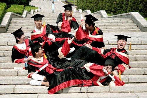大学生毕业照:泡妞未果,学业无成图片